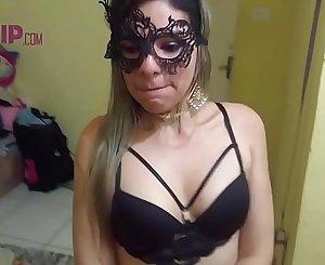 Cristina Almeida sendo humilhada pelo vizinho enquanto o corno do marido esta no trabalho, ela chupa, leva tapa na cara e tem seu rostinho todo lambuzado de porra
